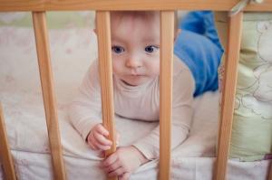 Baby und Kindergitter