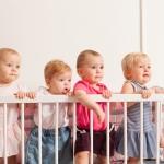 Kindergitter mit jungen Kindern
